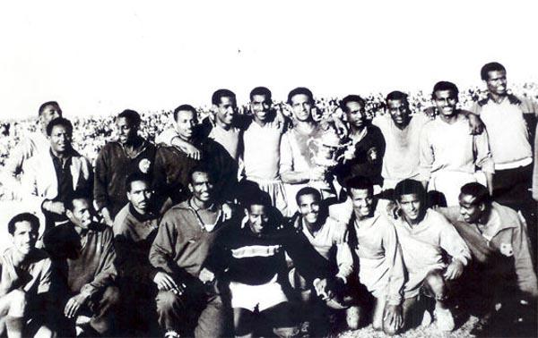 L'Etiopia dei fratelli Vassallo che vinse la Coppa d'Africa nel 1962: Luciano, al centro, ha la coppa tra le mani
